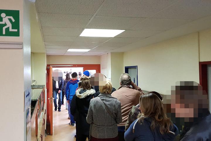 Lange Schlangen in einem Wahllokal in Berlin-Treptow.