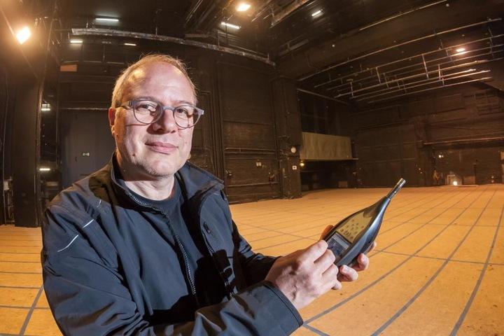 Mathias Krumbiegel (57) misst mit einem Schallpegelmesser die Lautstärke auf der Bühne des Gewandhauses.