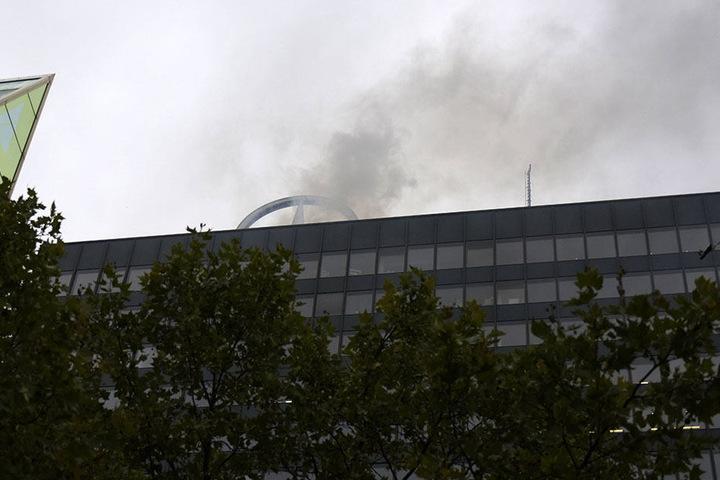 Das Feuer entzündete sich auf dem Dach des Gebäudes.