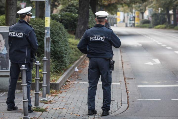 Polizisten kontrollieren die Evakuierungszone im Frankfurter Westend.