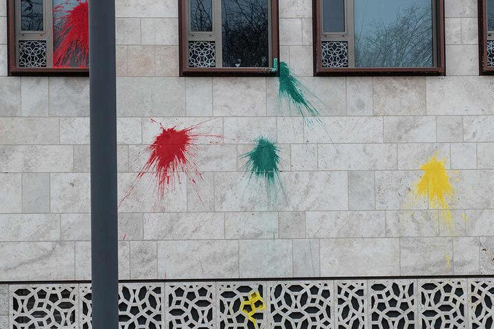 Mehrere Farbbeutel wurden gegen die Fassade geworfen.