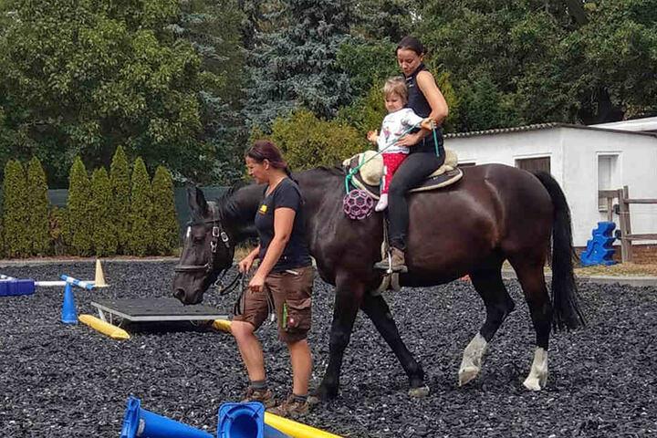 Seit kurzem nimmt Milanka-Nicole an einer Reittherapie auf einem Reiterhof teil.