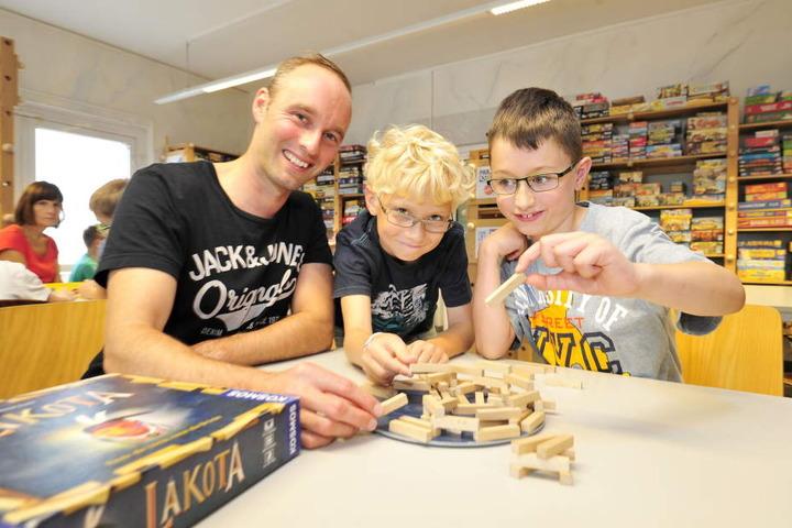 Im renovierten Spielemuseum waren Lehrer Lars Oelsch (35), Markus (9) und Jonathan (9) mit die ersten Besucher.