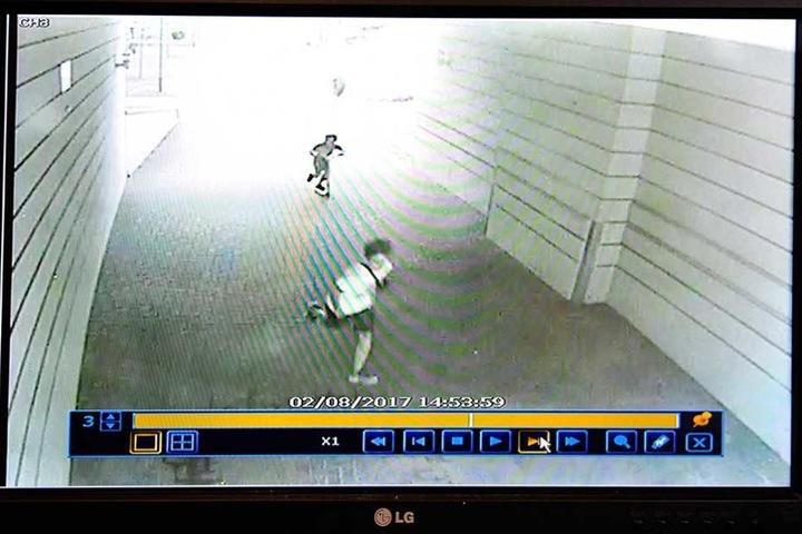 Die Überwachungskamera zeigt die Tatverdächtigen. Einer flieht mit einem Roller.