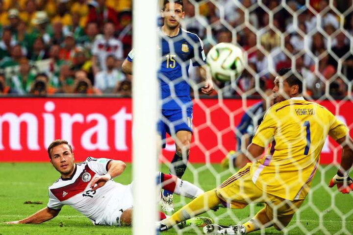 Ein Moment für die Ewigkeit: Mario Götze (26) schießt Deutschland in der 113. Minute zum WM-Titel.