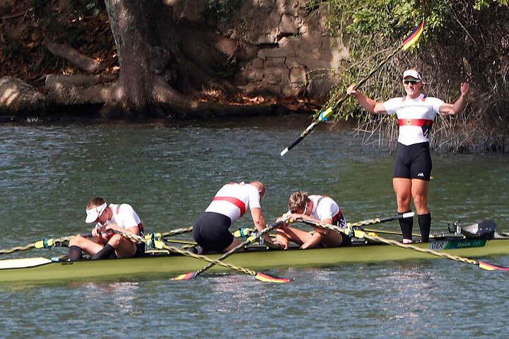 Karl Schulze steht im Boot und feiert den Triumph.