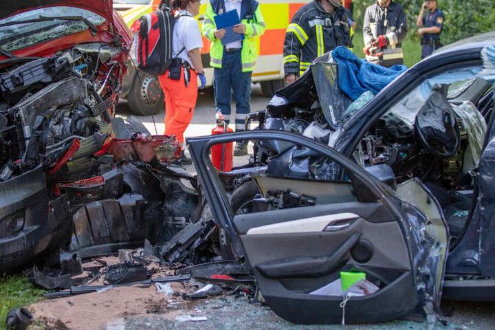 Auf der Bundesstraße 13 sind in Bayern ein BMW und ein Transporter frontal zusammengestoßen.