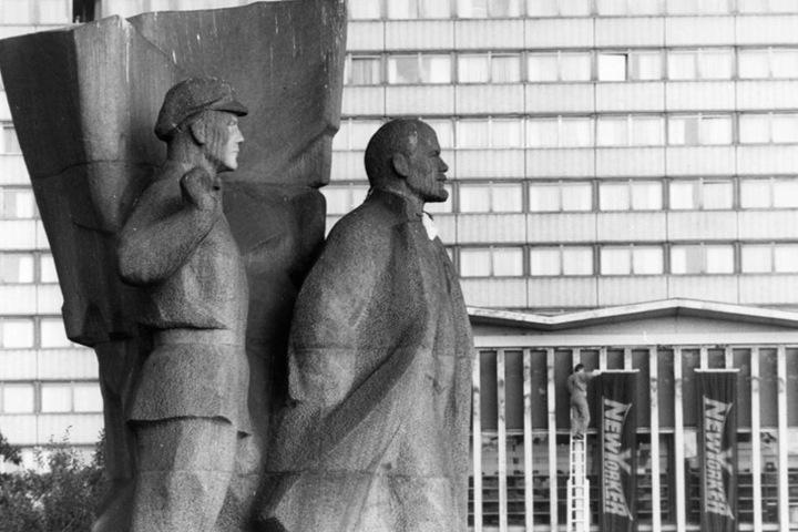 Inzwischen steht die Lenin-Skulptur in Bayern und soll morgen versteigert  werden.