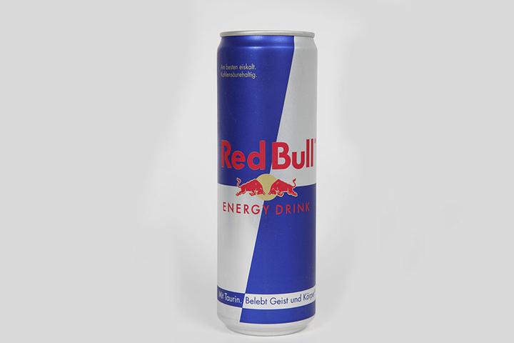Red Bull ist durch ihren Energydrink weltweit berühmt geworden.