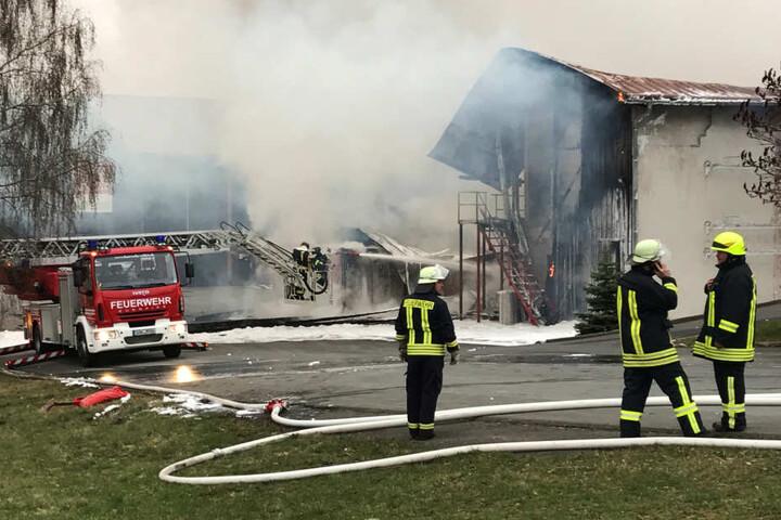 Das Feuer brach in einer Lagerhalle aus.