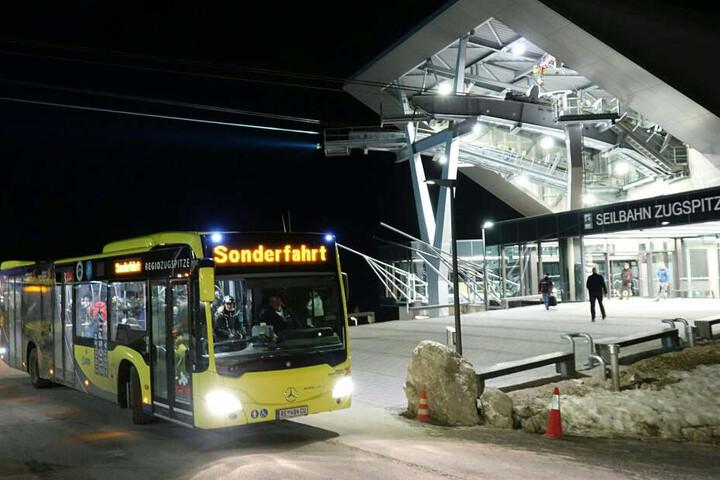 Busse holen gerettet Passagiere an der Station der Zugspitzbahn ab.