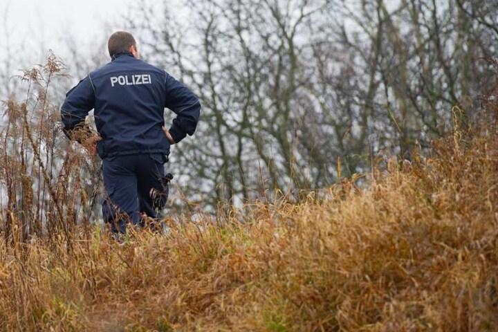 Die Polizei ist am Unfallort und sichert Spuren. (Symbolbild)