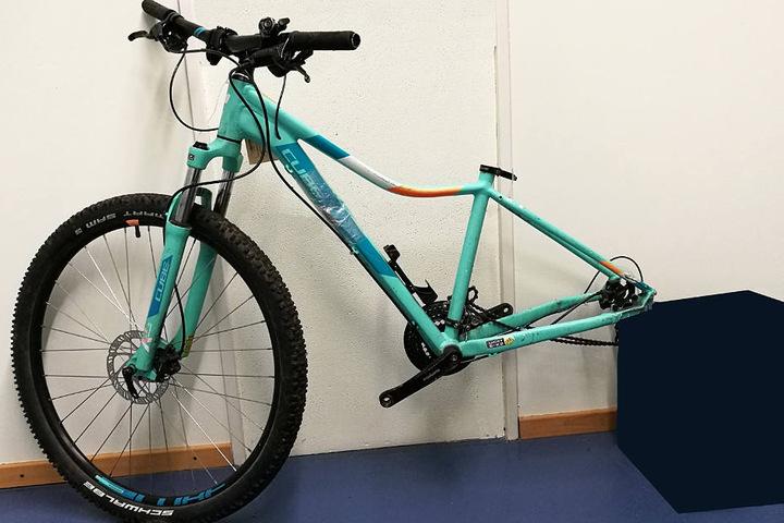 Das sichergestellte Fahrrad weist Beschädigungen auf, die laut Polizei auf einen Unfall hinweisen.