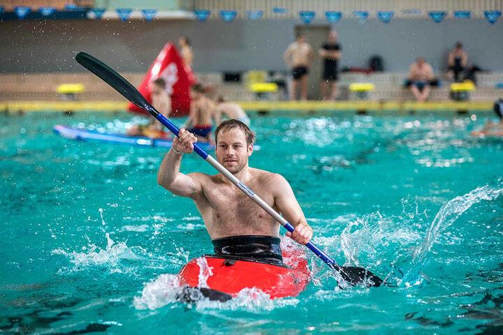Willi Meierhof (28) paddelte am Mittwoch im Kanu in der alten Schwimmhalle am Freiberger Platz.