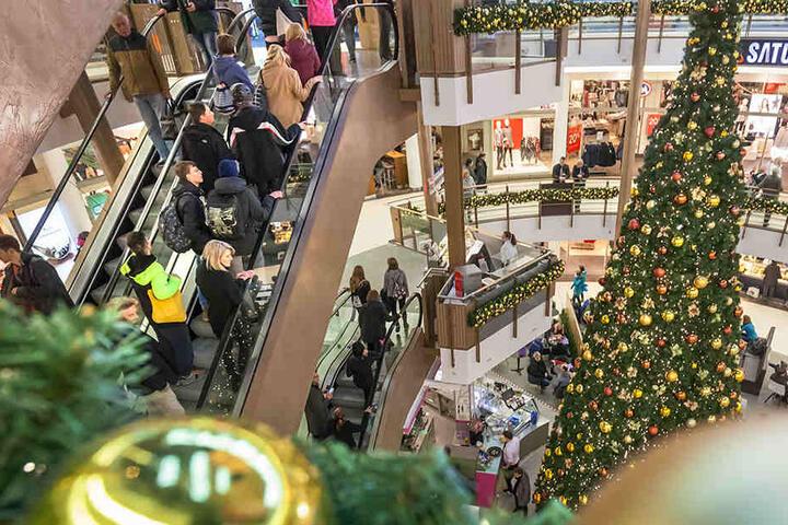 Die Galerie Roter Turm präsentiert sich im Advent von der festlichen Seite. Am Sonntag haben die Läden geöffnet. Zum Run auf die Weihnachtsgeschenke werden Tausende in der City und den Einkaufszentren erwartet.