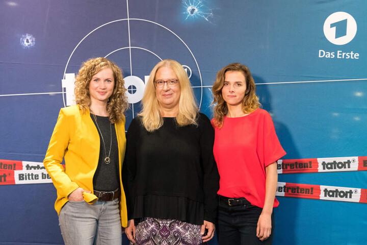 Die Schauspielerinnen Karin Hanczewski (r) und Cornelia Gröschel (l) und Jana Brandt, MDR Fernsehspielchefin.
