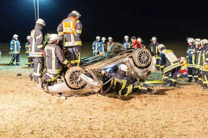Einsatzkräfte der Feuerwehr befreiten den eingeklemmten Autofahrer.