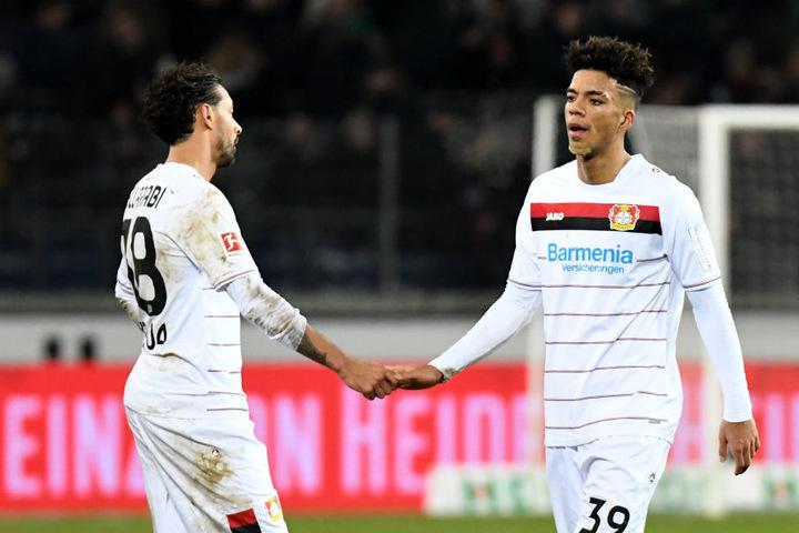 Nationalspieler Benjamin Henrichs (r., neben Karim Bellarabi) will sich lieber bei Bayer Leverkusen durchbeißen, als einen sicheren Stammplatz bei den Roten Bullen zu bekommen.