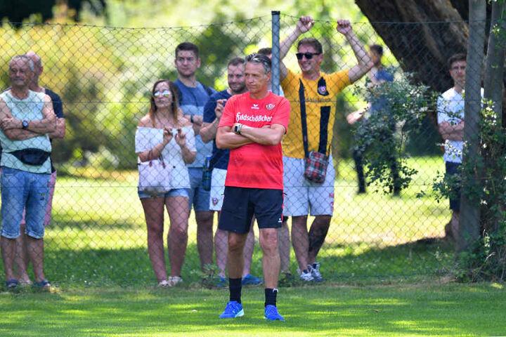 Zaungäste: Die Fans beobachteten die Mannschaft von Trainer Uwe Neuhaus ganz genau.