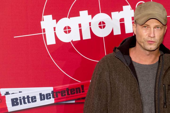 """Der Schauspieler Til Schweiger steht neben einem knallroten """"Tatort""""-Plakat."""