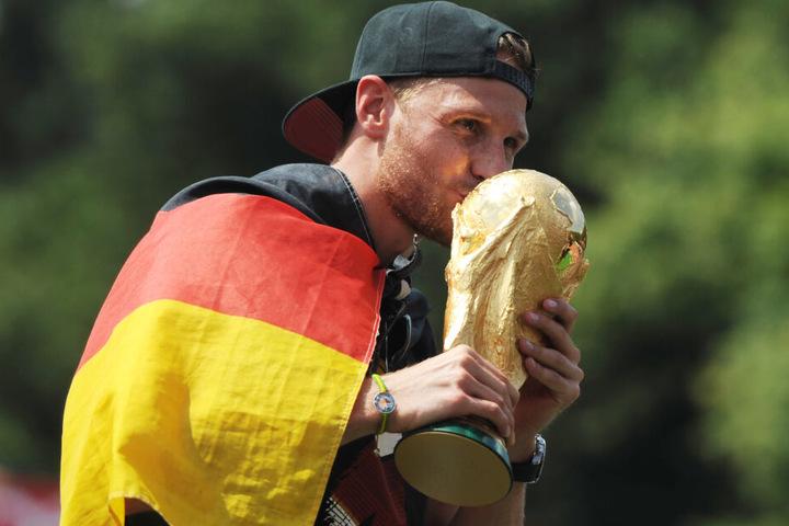 Benedikt Höwedes gewann 2014 mit der DFB-Elf den Weltmeister-Pokal.