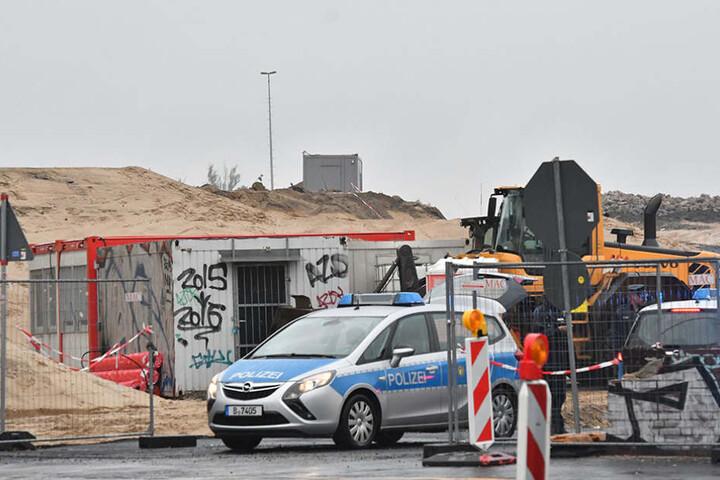 Die Beamten haben auch die Einfahrt zur Baustelle, auf der die Bombe gefunden wurde, abgesperrt.