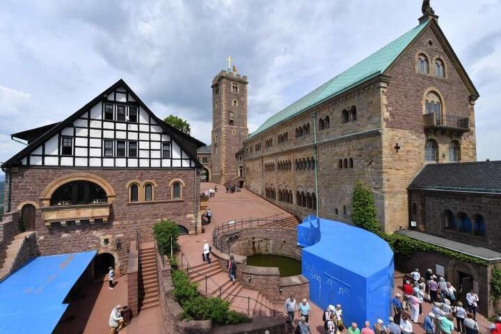 Ein beliebtes Touristenziel ist die Wartburg in Eisenach.