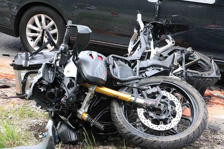 Das verunfallte Motorrad liegt auf dem Boden.