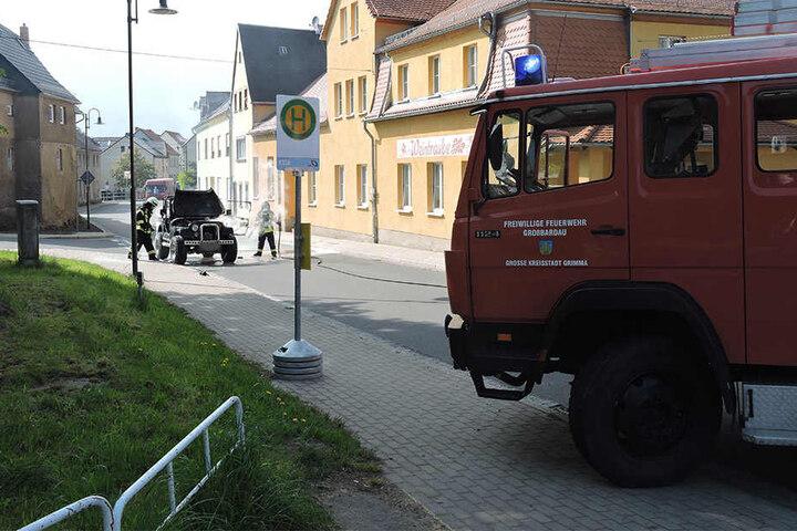 Die Feuerwehr konnte den brennenden Jeep nicht mehr retten.