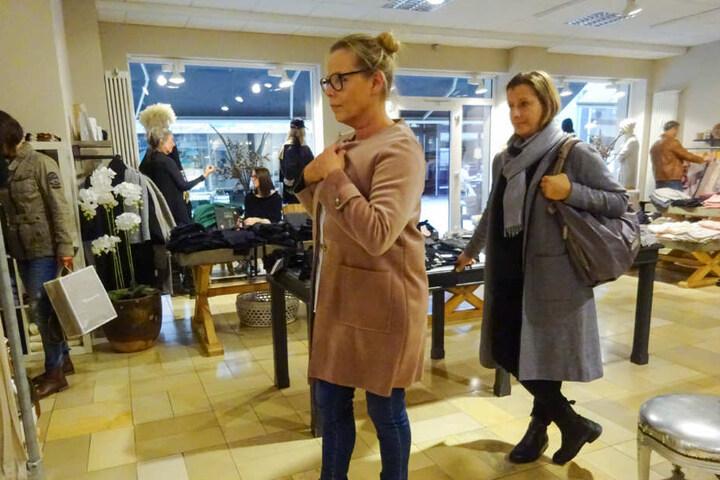 Wie gefällt Shoppingbegleitung Simone (r.) der Mantel von Sabine?