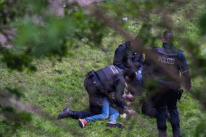 Polizisten kümmern sich um einen jungen Mann, der offenbar viel zu viel getrunken hat.
