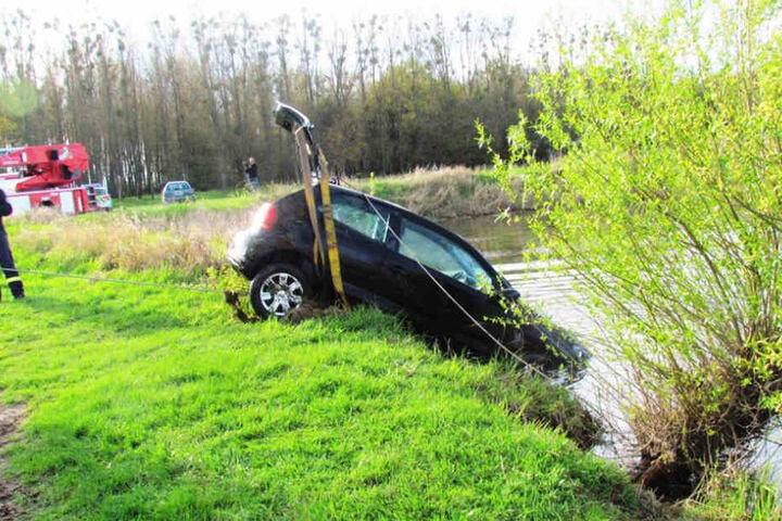 Die Freiwillige Feuerwehr Seehausen barg das Auto schließlich aus der Elbe- fahren kann der 89-Jährige damit allerdings nicht mehr.