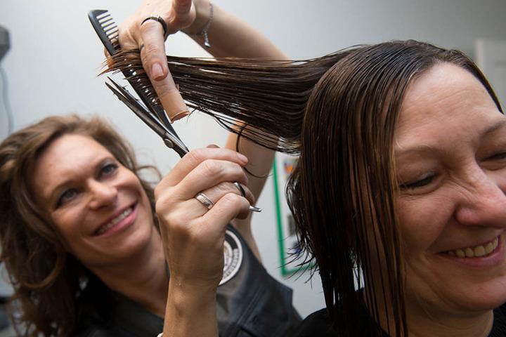 Sonja von dem Verein Barber Angels Brotherhood schneidet am Sonntag in Berlin Claudia die Haare.