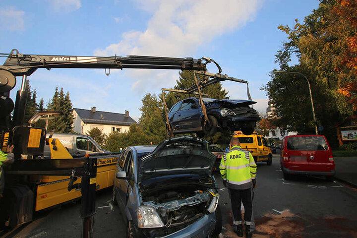 Beide Autos wurden mit Totalschaden von der Unfallstelle abgeschleppt.