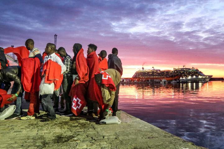 Einwanderer aus Nordafrika stehen am Hafen von Malaga. (Archivbild/Symbolbild)