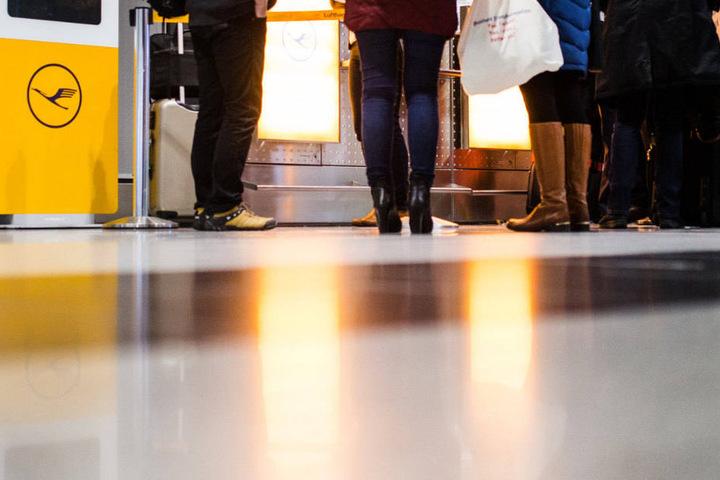Passagiere stehen vor einem Lufthansa-Schalter. Die Fluggesellschaft kündigte an, dass ab Tegel acht Verbindungen ausfallen müssen. (Symbolbild)