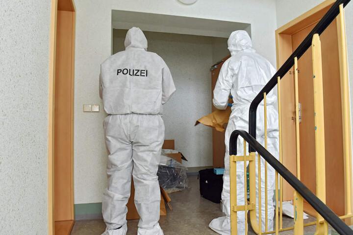 Die Polizei bei der Spurensicherung an der Tatort-Wohnungstür.