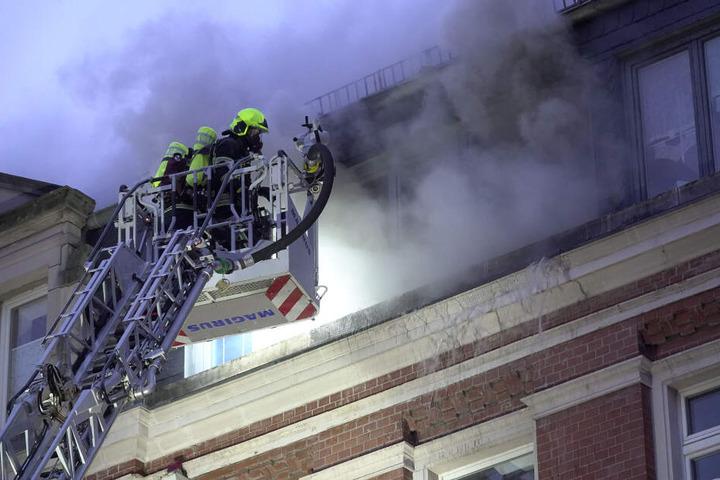 Dichter Rauch quoll aus der Dachgeschosswohnung.