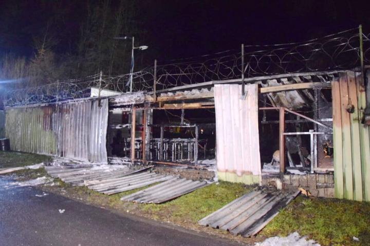 In Gummersbach brannte ein Unterstand und ein abgestellter Transporter.