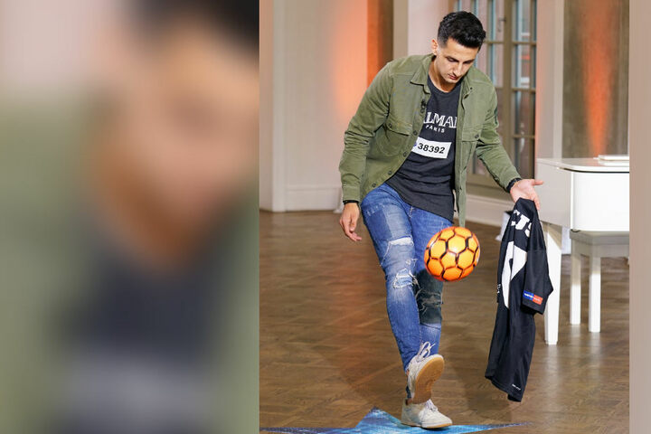 Futsal-Spieler Mert (26) aus Karlsruhe hat den Ball als Glücksbringer zum Casting mitgebracht.