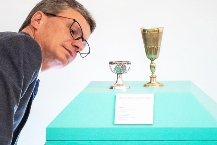 Bernd Sibler, Kunst und Wissenschafts-Minister von Bayern, blickte während der Übergabe auf Silberobjekte.