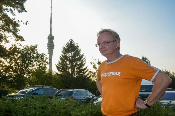 """Entschlossen stemmt Uwe Steimle (53) die Fäuste in die Hüften: """"Ich rufe den  Fernsehturm zum Weltkulturerbe aus!"""""""