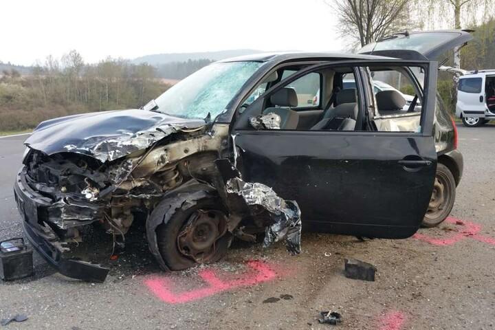 Der 19-jährige Fahrer des VW wurde bei dem Unfall schwer verletzt.