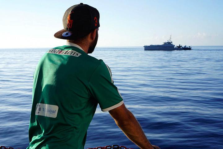 """Ein Migrant steht an Deck des Rettungsschiffes """"Open Arms"""" von der Hilfsorganisation Proactiva Open Arms."""