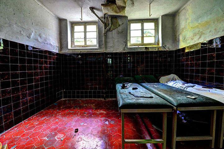 In diesem verlassenen Kurhaus wurden einige Reliquien aus damaligen Zeiten, als der Laden noch in Betrieb war, zurückgelassen.