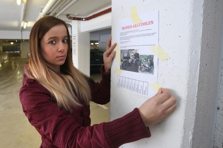 Mit Plakaten und via Facebook versucht Anna-Maria Töpfer (22), ihr geliebtes  Moped wiederzufinden.