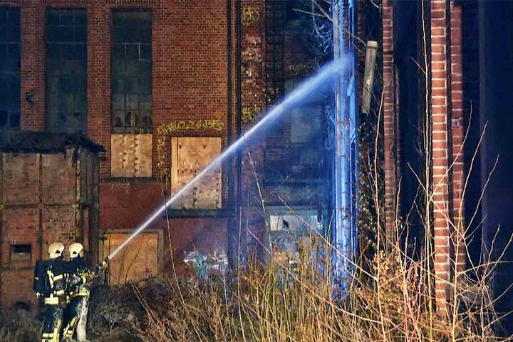 Glücklicherweise war die Feuerwehr schnell vor Ort, sodass die Flammen auf kein weiteres Gebäude übergriffen.