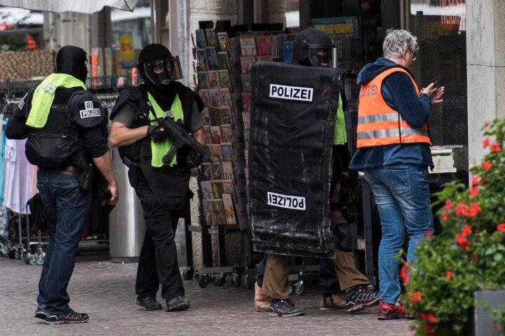 Die Polizei durchkämmte am Montag die Innenstadt auf der Suche nach dem Tatverdächtigen.