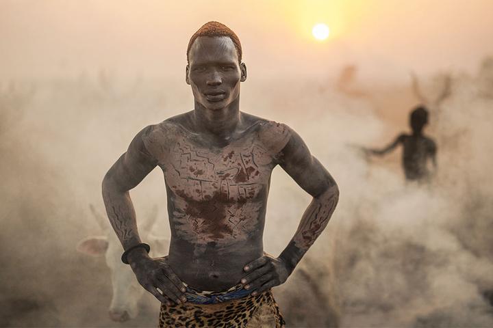 Ein Mundari aus dem Südsudan präsentiert stolz seinen bemalten Körper.