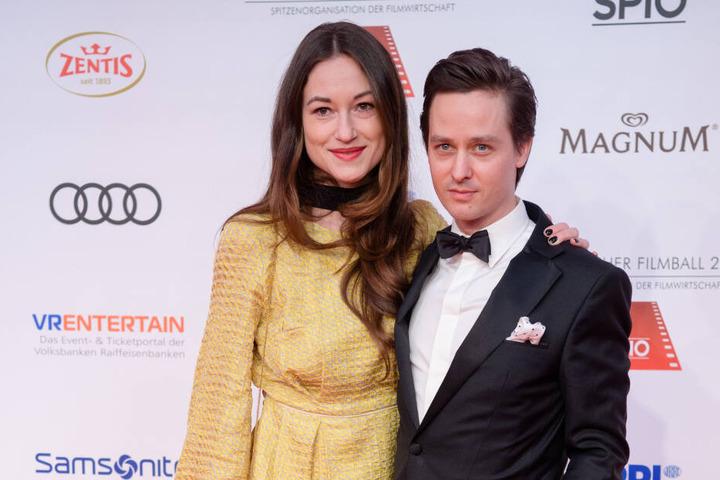 Schauspieler Tom Schilling und seine Freundin Annie Mosebach stehen am 20.01.2018 auf dem roten Teppich zum 45. Deutschen Filmballs im Bayerischen Hof in München (Bayern).